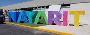 Letras gigantes afuera del aeropuerto